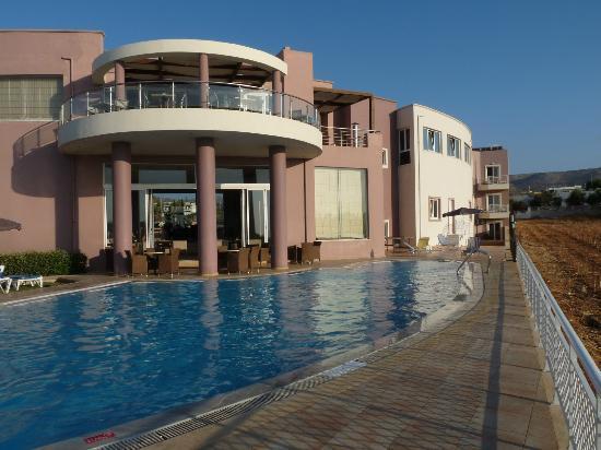 Gouves Sea and Mare Hotel & Suites : la 1° piscine, à côté du bar et de la salle du petit déjeuner