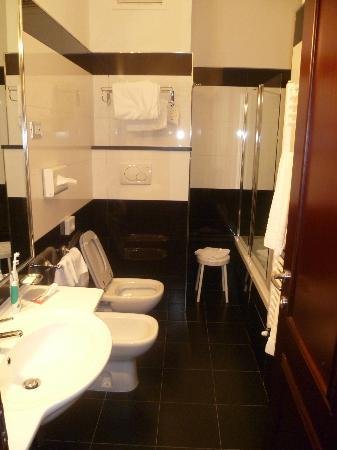 Hotel Mondial : Bathroom