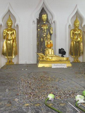 Wat Bowonniwet Vihara: the Buddha's footprint