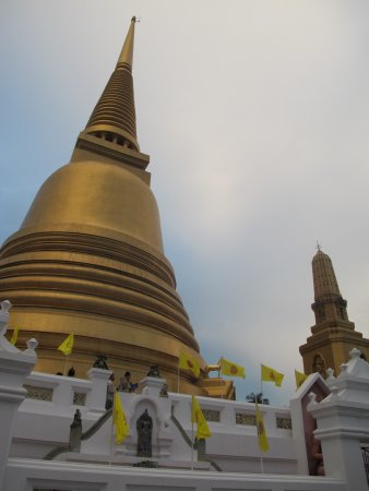 Wat Bowonniwet Vihara: Thai Golden architecture in the temple