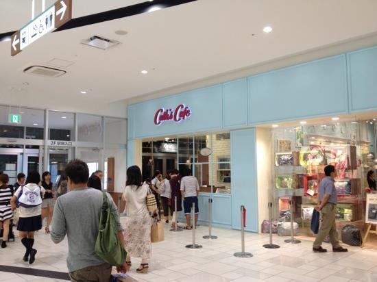 Cath's Café : 外観 隣にキャスキッドソンのショップがあります