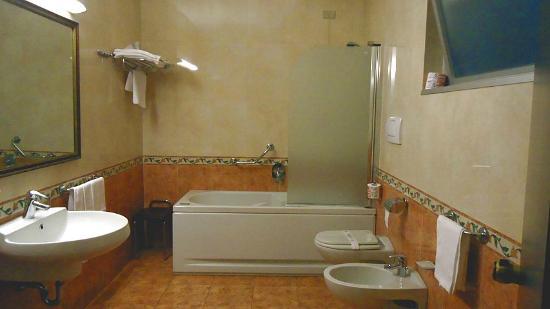 Hotel Ghironi: Banheiro do quarto triplo