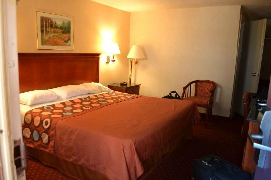Super 8 North Bergen NJ/NYC Area: The Kind-Size Bed