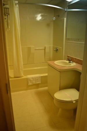 Super 8 North Bergen NJ/NYC Area: Bathroom
