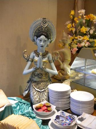 Grand Aquila Hotel Bandung: Decoración en el sector comedor para el desayuno