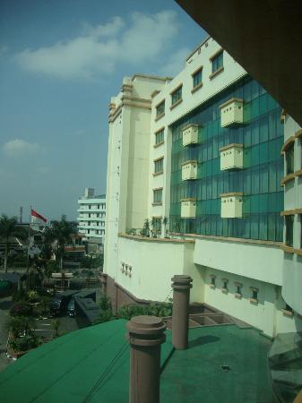 Grand Aquila Hotel Bandung: Vista desde la habitación, hacia el frente del hotel