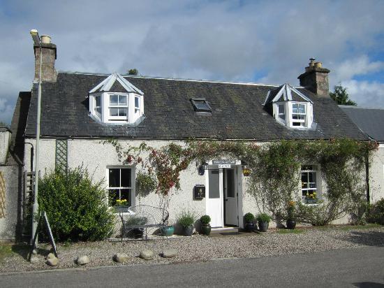 Loch Ness Clansman Hotel: Straßenansicht Ferness Cottage