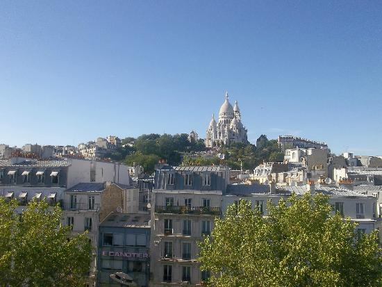 Le Regent Hostel: View of Sacre Coeur from the 6th floor
