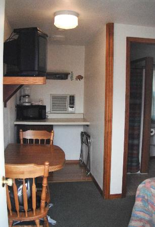 Hillcrest Cottages: TV, Micro, A/C (worked great), Fridge (under counter)