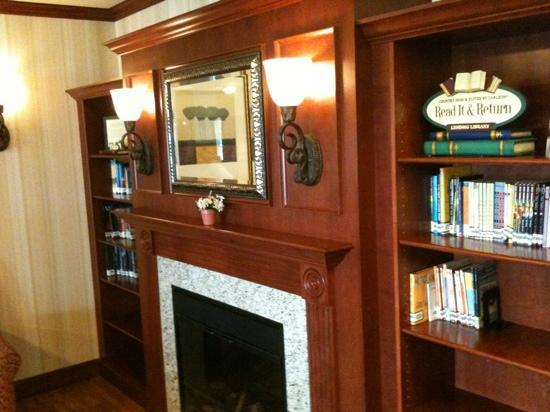 Country Inn & Suites By Carlson, Manchester Airport: reading library