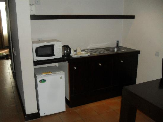 Blue Pearl Hotel: Kitchenette in the room with the fridge
