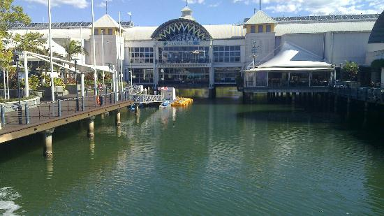 Maroochydore, Sunshine Plaza: Shopping centre over water.