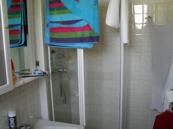 Dusche Decke Schimmel : Carlton: Das Bad ist gut, Dusche etwas eng, leider Schimmel an Decke