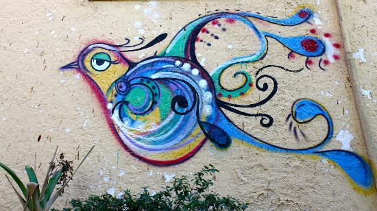 Casa Cool Beans B&B: Beautiful graffiti near the entrance of the pousada