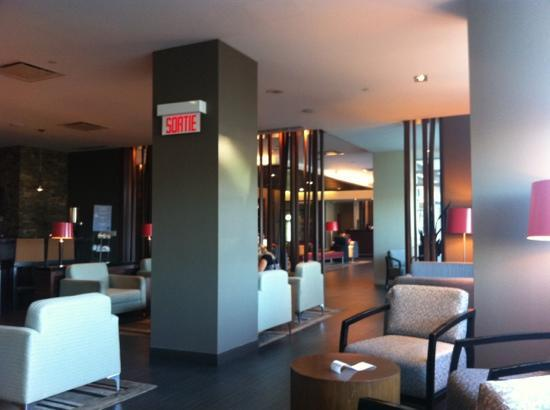 Novotel Montreal Aeroport: view from restaurant at lobby level