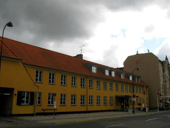 Gentofte Hotel: view of hotel from across the street