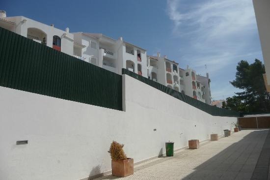 Albufeira Mar Vilas : Nearby Hotel, that looks over Villas