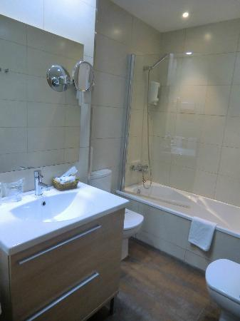 โรงแรมอาซุล บาร์เซโลน่า: Cuarto de baño habitación familiar