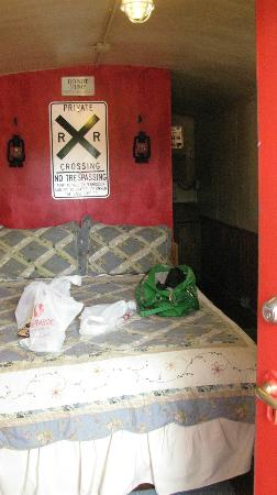 Canyon Motel & RV Park: Double bed at front of caboose