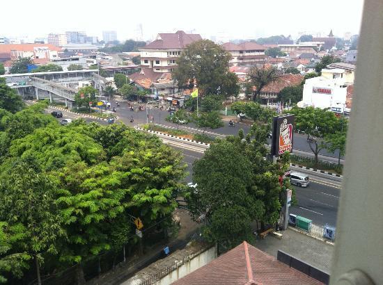 Amaris Hotel Senen: 部屋からの眺めです。近くにバスステーションが見えます。