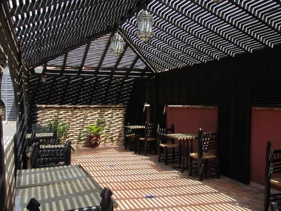 Riad Zolah: Outside seating under pergola