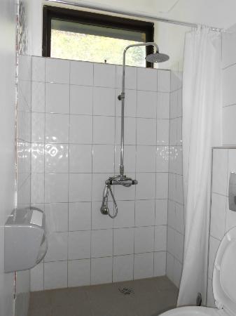 Borgarnes HI Hostel : bagno camera 11