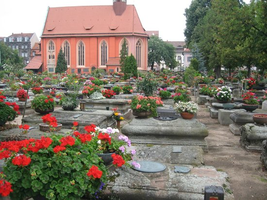 Nuremberg, Allemagne : Amazing display of plants in pots at this cemetery