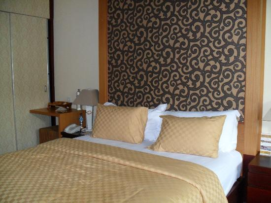 Natya Hotel Tanah Lot: Queen-sized bed in deluxe room