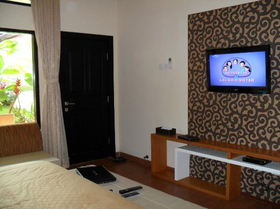 Natya Hotel Tanah Lot: Flat screen TV with cable