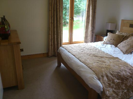 Forbes of Kingennie Country Resort: Master Bedroom in Glen Lyon Lodge