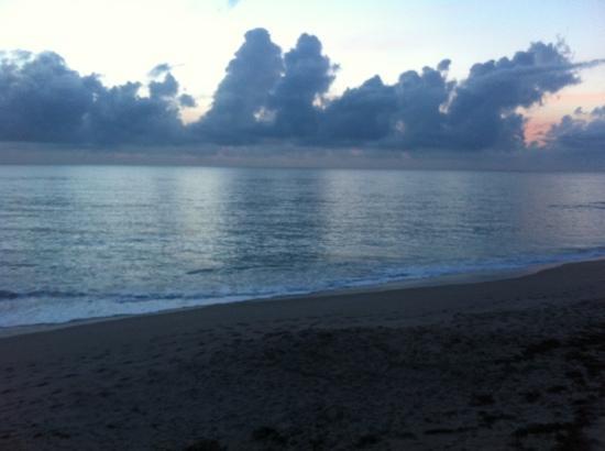 Turtle Reef Club: Sunrise on the beach.