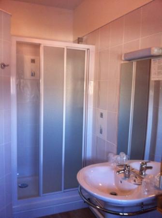 Crystal  Hotel : La douche de la chambre familiale