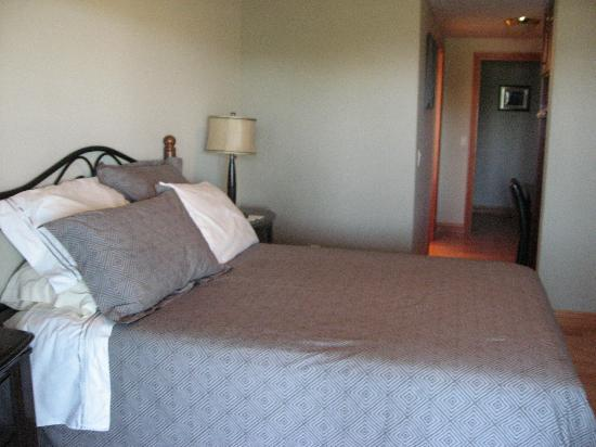 De Rosa Vineyard Bed and Breakfast: DeRosa B+B comfy bed