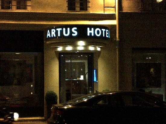 Artus Hotel: Entry at night