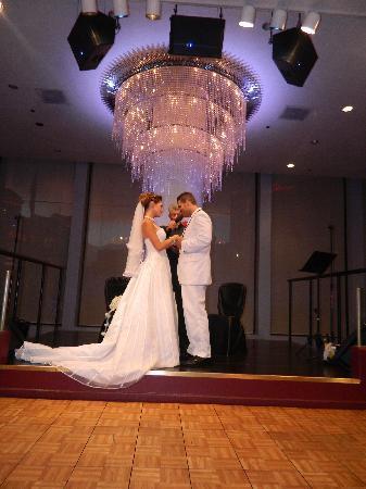 Tony N' Tina's Wedding : Beautiful at BALLY'S