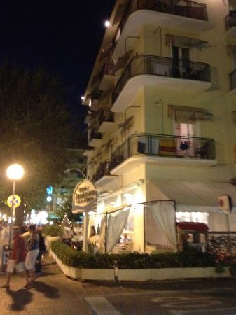 Hotel Gambrinus Mare : Hotel la sera visto dalla strada