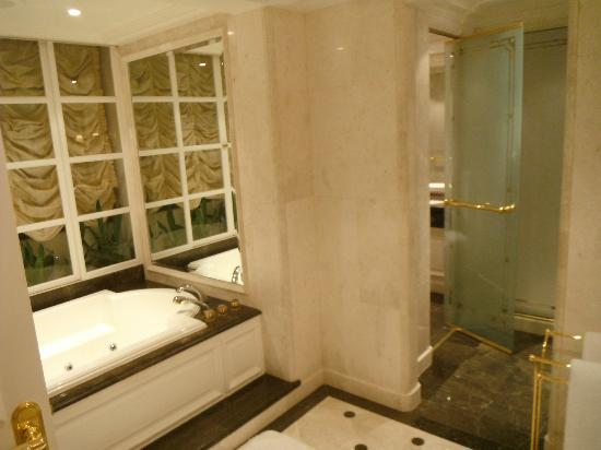 The Ritz-Carlton, Bahrain: Nice tub / shower
