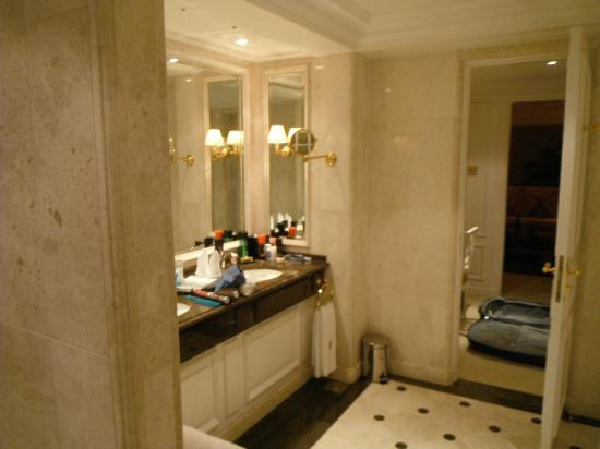 The Ritz-Carlton, Bahrain: Huge bath area