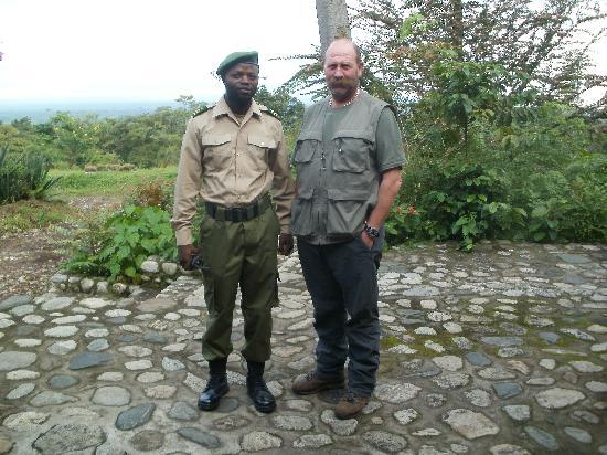 République démocratique du Congo : Un Instructeur du Parc National des Virunga avec un Officier Principal des Gard Monsieur Landry