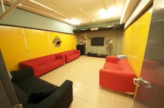 Jackaroo Hostel: TV room with DVD selection and Apple TV