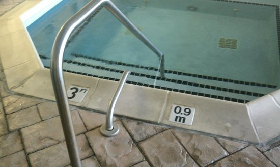 Wingate by Wyndham Lexington: Hot tub missing a piece of the handlebar
