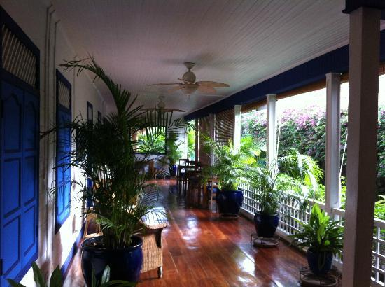 La Posada Azul: Porch where they serve breakfast