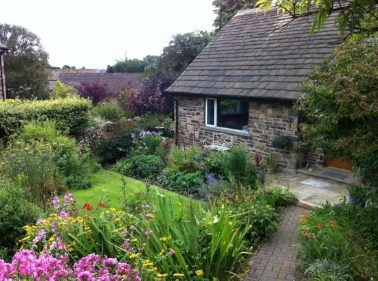 Scar Croft Bed and Breakfast: scar croft from the path! A lovely ,welcoming B an B