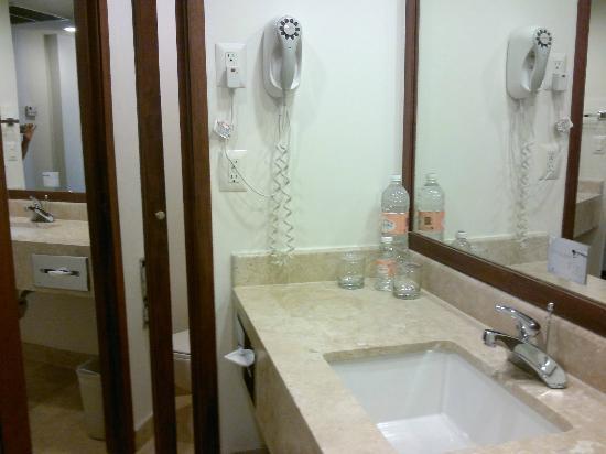 Fiesta Inn Monterrey Fundidora: baño