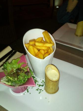 Wallilabou bay : frites, mesclun et sauce aux 3 fromages