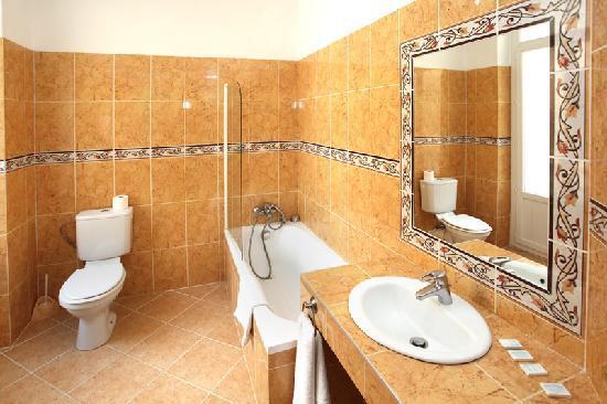 Hotel Trocadero: salle de bain - Bathroom