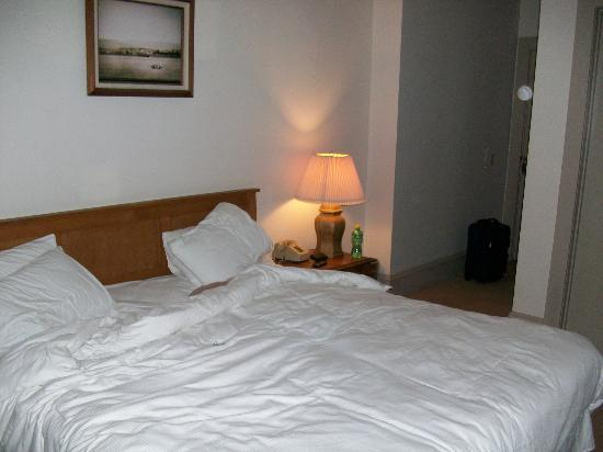 Eureka Inn: Bed and entry