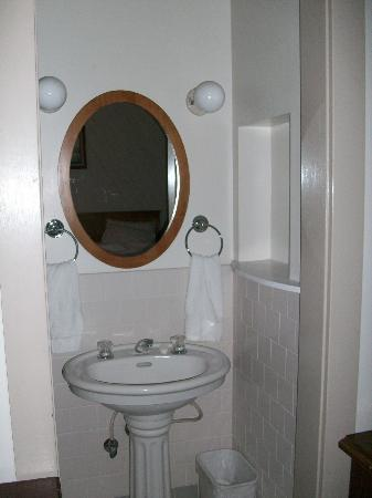 Eureka Inn: Separate tiled alcove but no soap or extra toilet paper