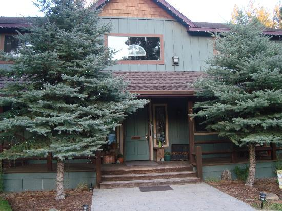 Blue Spruce Bed and Breakfast: Front of Blue Spruce
