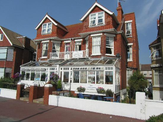 The Langtons Guesthouse: Front of the hotel